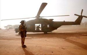 Un soldado francés espera frente a un helicóptero en Mali.