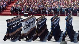 Soldados chinos marchan en una parada militar en la plaza de Tiananmen.