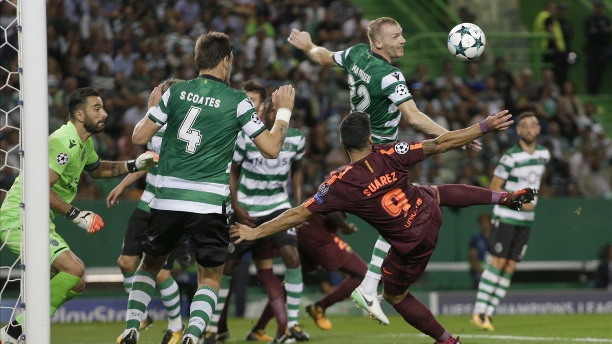 Suárez pelea con Coates en la acción previa al gol azulgrana en Lisboa