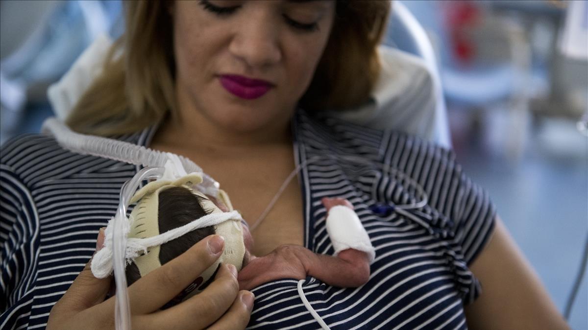 Sunara haciendo el método cangurocon Arthur, su hijo prematuro nacido a las26 semanas.