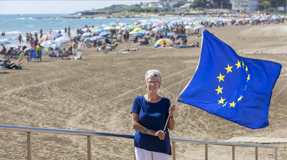 Susan Wilson, presidenta de Bremain Spain, en la playa de Alcossebre.