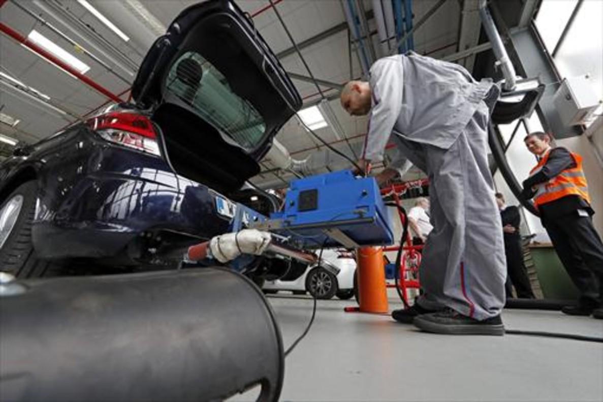 Un técnico utiliza un sistema de medición de emisiones portátiles en un Citroen C4 en Carrieres-sous-Poissy.