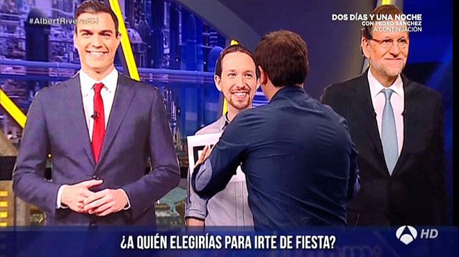 Rivera sitúa un cartel sobre el busto de Pablo Iglesias.