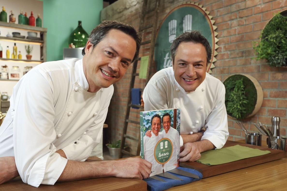 Sergio y Javier Torres con el libro de recetas de su programa de TVE-1 'Torres en la cocina'.
