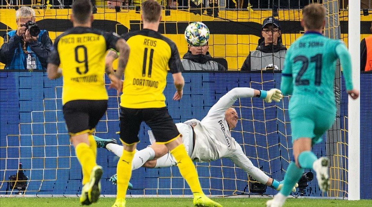 Ter Stegen detiene el penalti que acaba de lanzar Marco Reus.