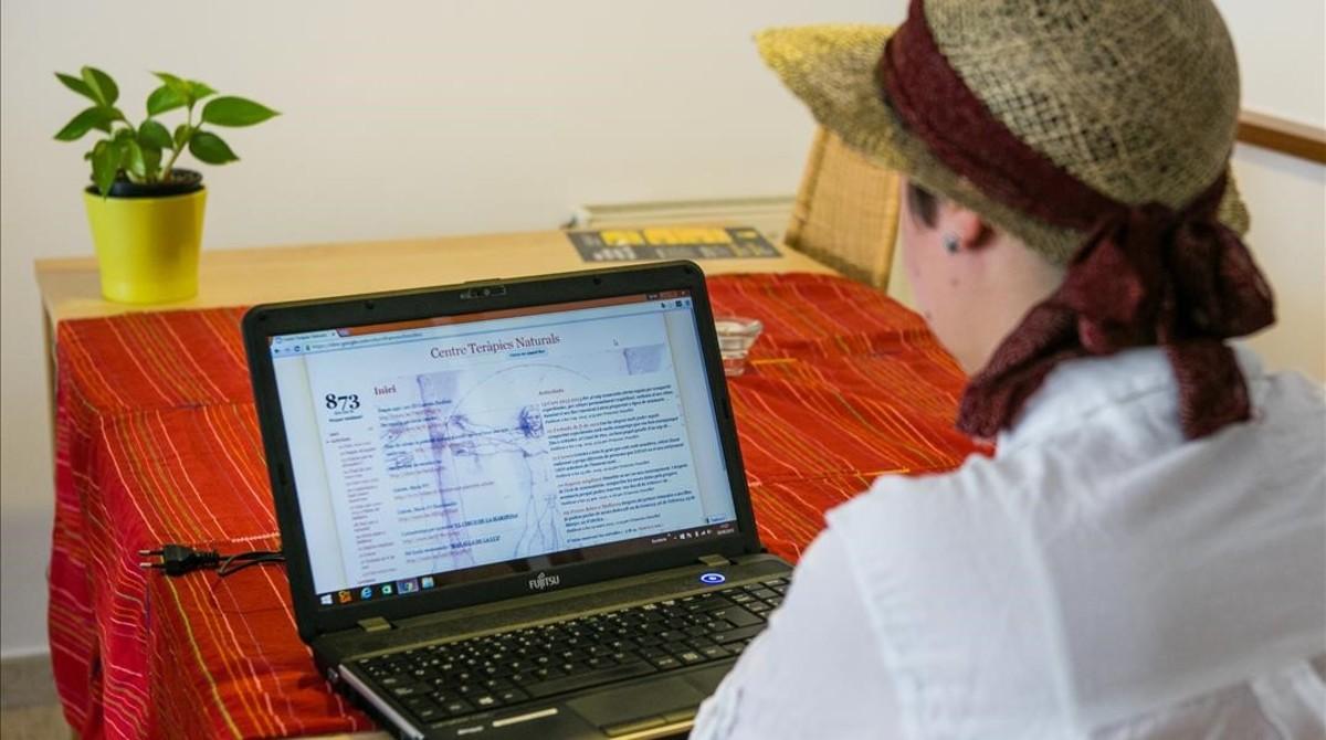 Raquel (nombre ficticio) muestra la web del grupo de Sabadell al que estuvo enganchada durante más de un año.