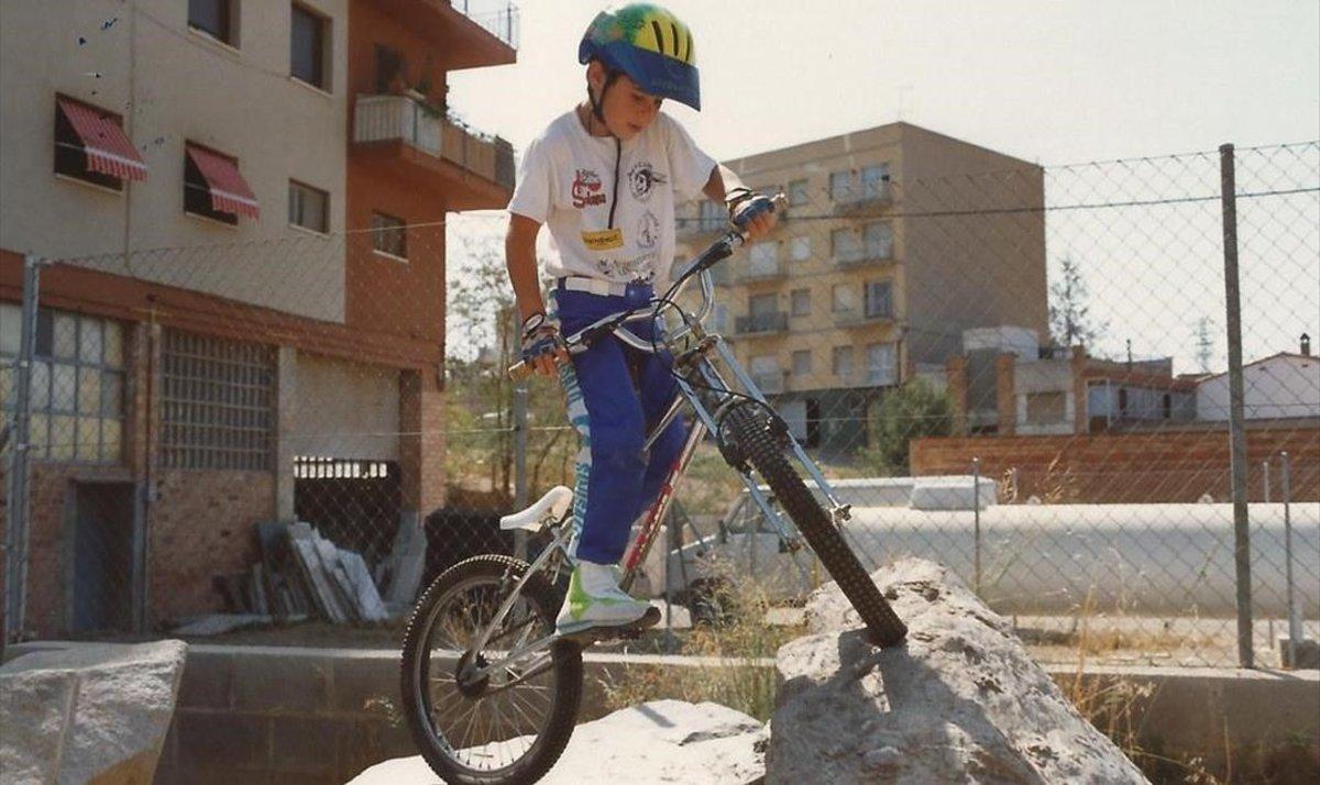 Toni Bou, a los 8 años, con su bici haciendo ya equilibrios sobre las rocas.