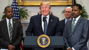 Trump (centro) pronuncia un discurso junto al presidente del Centro Martin Luther King, Isaac Newton Farris (derecha) y al secretario de Vivienda y Desarrollo Urbano, Ben Carson, el 12 de enero, en la Casa Blanca.