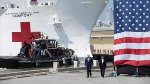 El presidente de EEUU, Donald Trump, y el secretario de Defensa,Mark Esper, este sábado en un acto en el barco hospital en la base naval deNorfolk, Virgina.