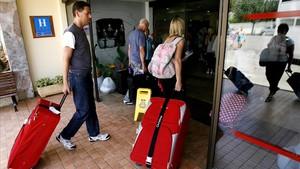 Turistas ingleses entran en un hotel de Calvià.
