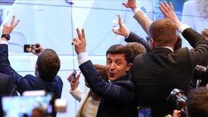 Zelenski celebra su victoria electoral.