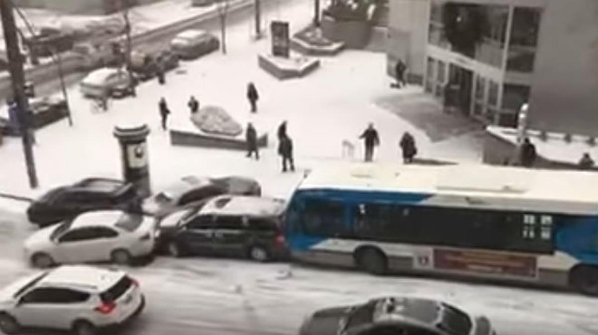 Una imagen del vídeo de vehículos resbalando sobre la nieve en Montreal.