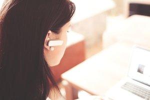 Una mujer habla por teléfono mientras trabaja.