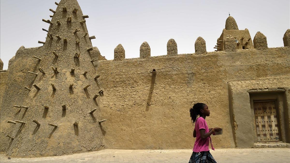 Una niña pasa por la mezquita Djingareyber en Tombuctú, en Malí, en junio del 2015, durante una operación antiterrorista del ejército francés en el Sahel.