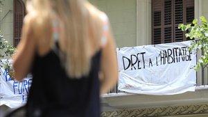 Una pancarta por el derecho a una vivienda digna.