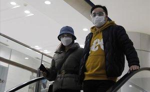 Una pareja con mascarillas para protegerse del coronavirus en Beijing, China.