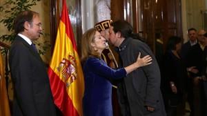 Pablo Iglesias besa a la presidenta del Congreso, Ana Pastor, el día de la Constitución.