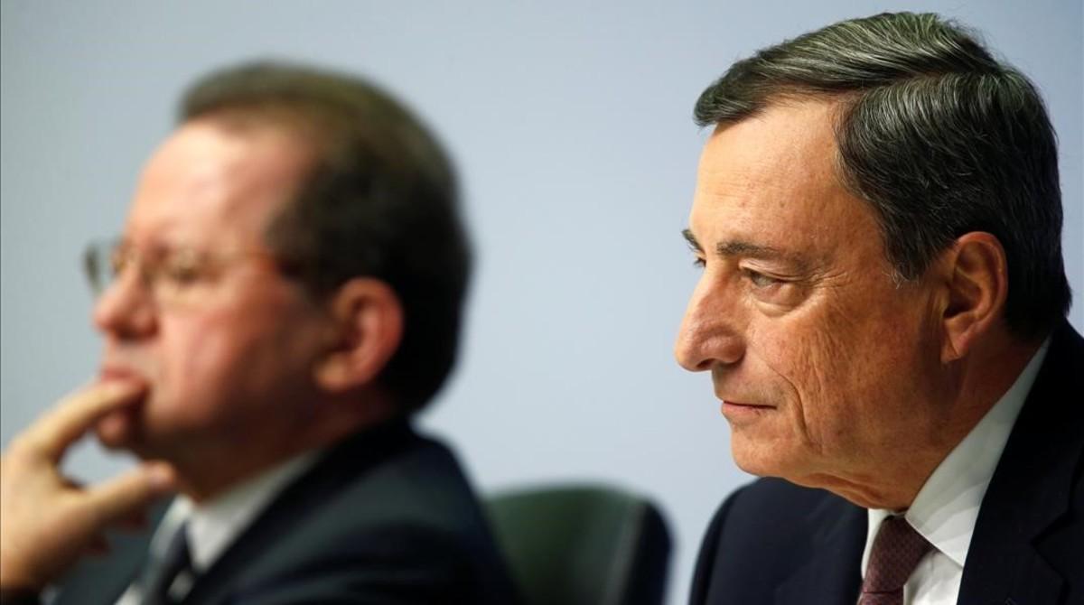 El presidente del Banco Central Europeo, Mario Draghi, y el vicepresidente,Vitor Constancio, en la rueda de prensa de este jueves en Francfort.
