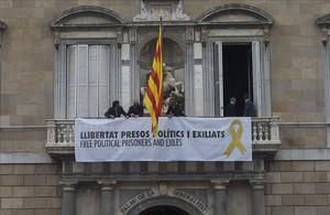 Pancarta de apoyo a los presos políticos en el balcón del Palau.