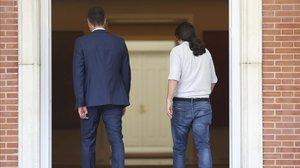 Pedro Sánchez recibe a Pablo Iglesias en el palacio de la Moncloa.