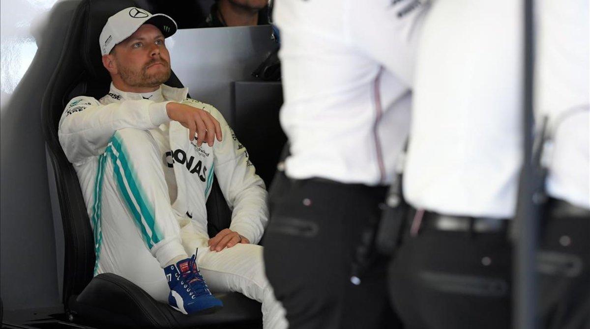 Valtteri Bottas, lider hoy con Mercedes, descansa en el garaje del equipo alemán.