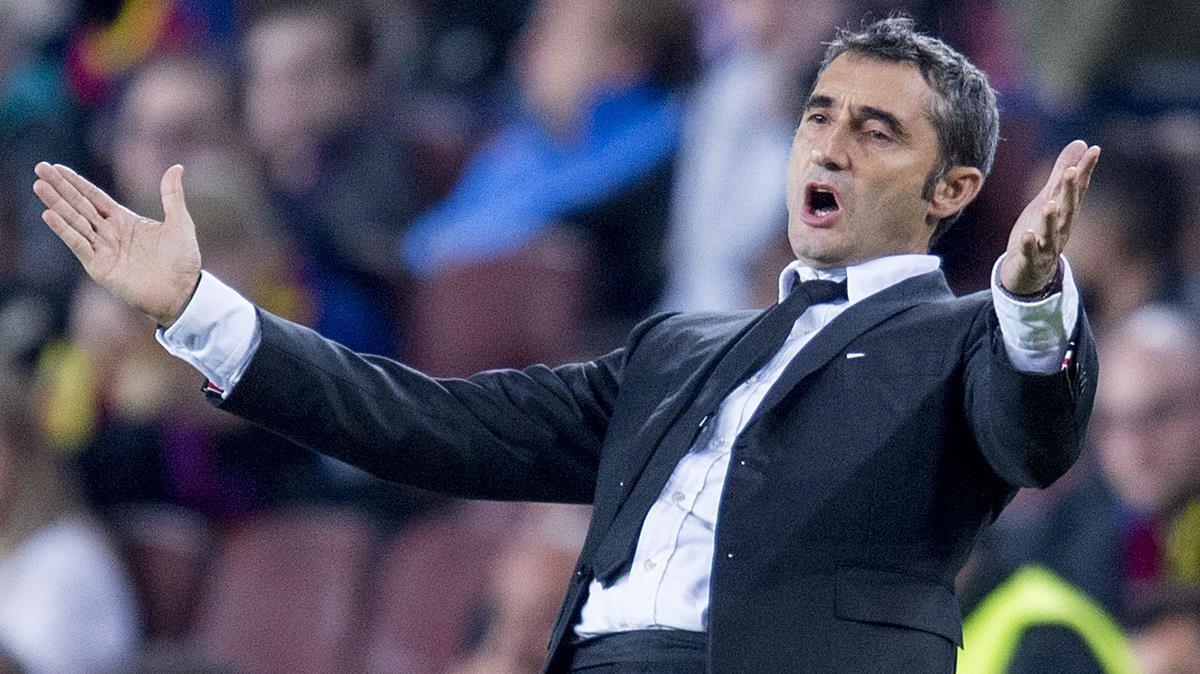 Valverde gesticula durante el partido entre el Barça y el Borussia Dortmund, el pasado 27 de noviembre en el Camp Nou.