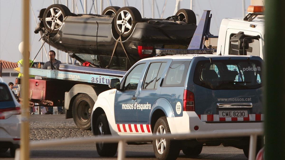 Un vehículo de los Mossos y otro utilizado por los terroristas que atentaron en Catalunya.