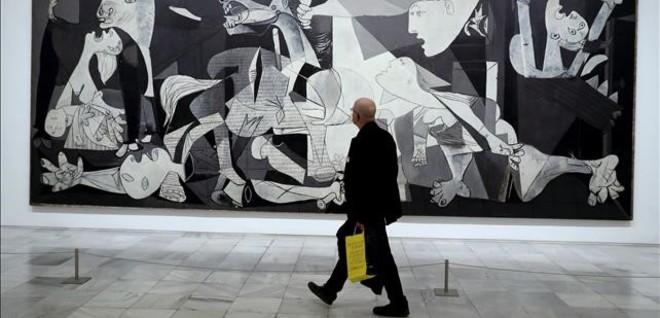 Un visitante, frente al Guernica.