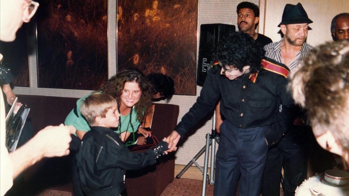 Un joven Wade Robson saluda a Michael Jackson en 1987.
