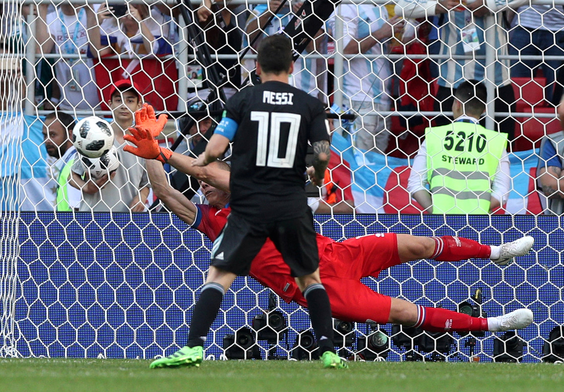 Leo Messi falla el penalti contra Islandia.