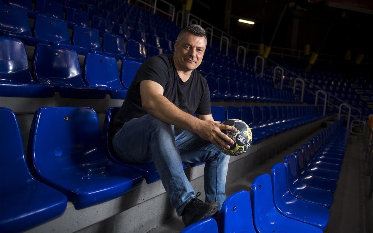 Xavi Pascual, con un balón en las manos, en la grada del Palau