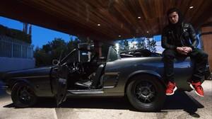 Zac Efron posa con el coche de su abuelo restaurado, un Ford Mustang de 1965.