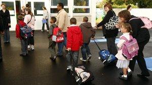 Un grupo de escolares accede a las aulas en un centro de Lille, en una imagen de archivo.