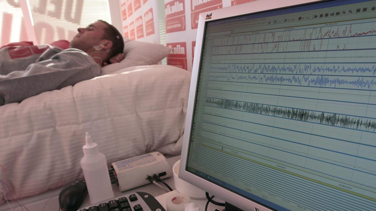 Un paciente durante un estudio del sueño, en una imagen de archivo