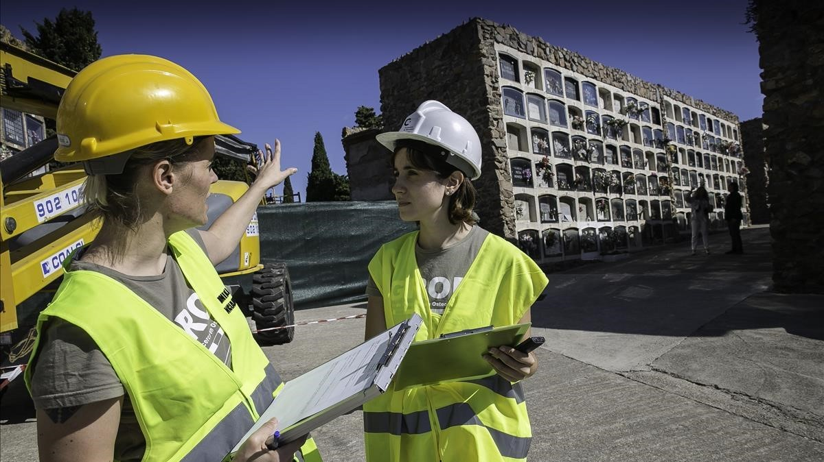 Las antropólogas DominikaNociarová e AidaGutiérrez,que analizan los restos de los nichos que se derrumbaron en Montjuïc, este miércoles en el cementerio.