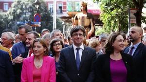 Forcadell, Puigdemont y Colau, camino del ayuntamiento por la calle Ample.
