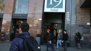 Turistas ante un hotel en Barcelona.
