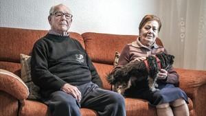 Eusebio y Virgina, con su perro Chester, en su casa.