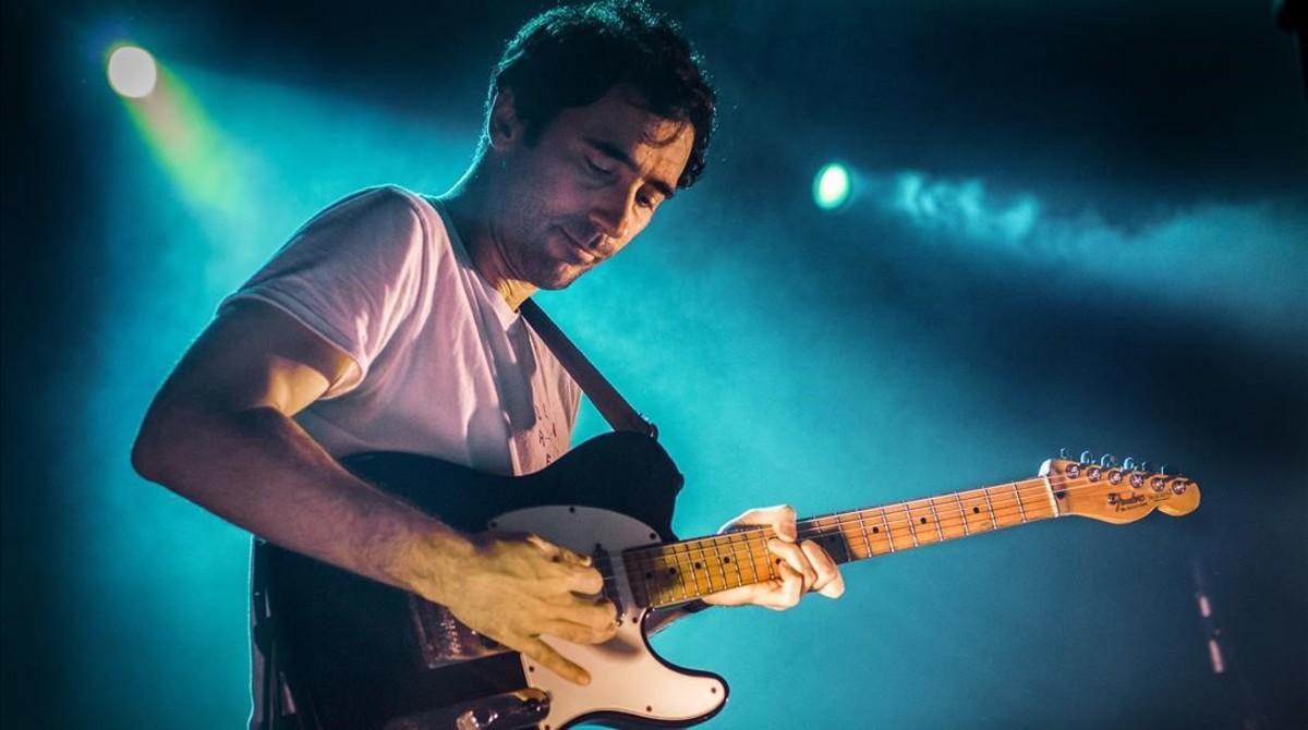 Yago Alcover, guitarrista y cantante de Mujeres, en la sala Apolo.