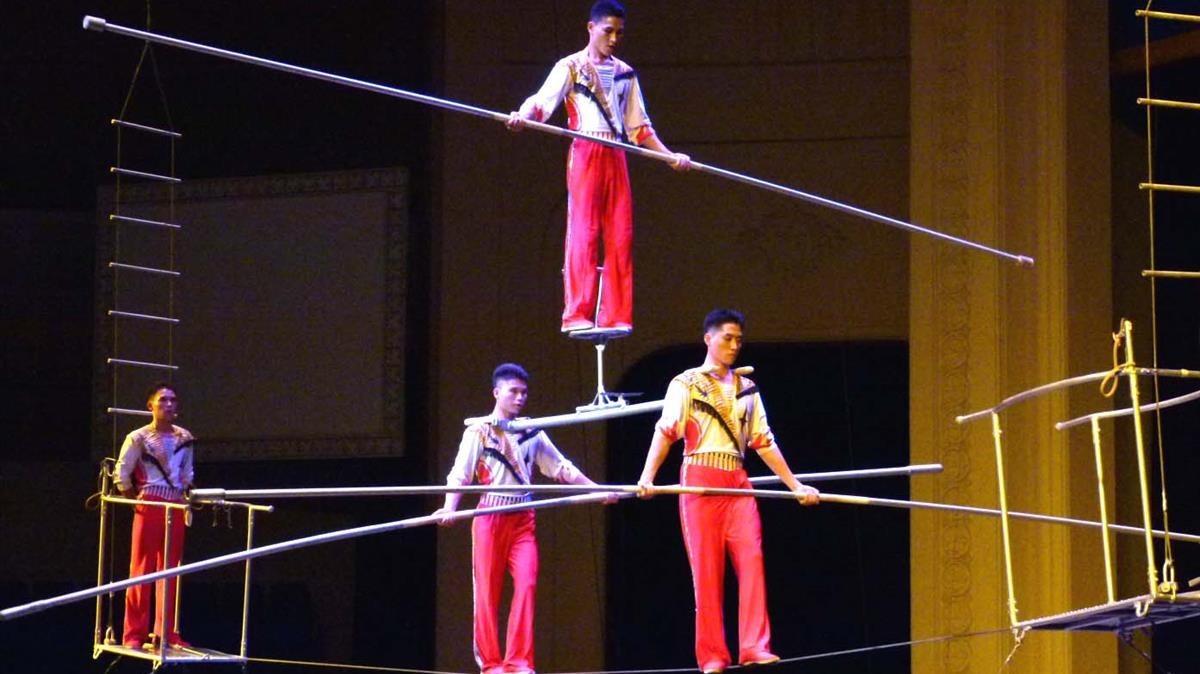Otro de los números premiados con funámbulos a gran altura, realizado por el Circo Nacionalde Pyongyang.