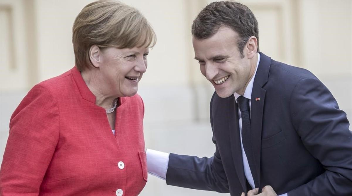 Angela Merkel recibe a Emmanuel Macron a su llegada a Berlín.