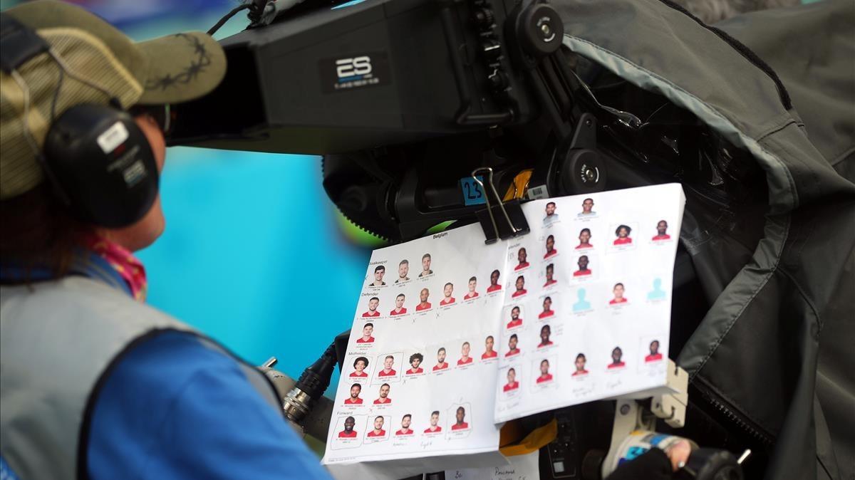 Camara de televisión del Mundial de Rusia, con una chuleta que identifica los jugadores del partido Bélgica-Panamá, que está retransmitiendo.