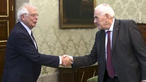 Maragall y Borrell se saludan al inicio de su reunión en Madrid.