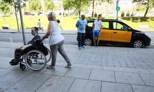Els taxistes de Barcelona segueixen en vaga però ofereixen viatges gratis a hospitals