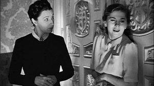 Una escena de 'Rebeca' de Alfred Hitchcock con Judith Anderson (señora Danvers) y Joan Fontaine (la segunda señora de Winter).