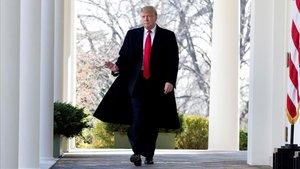 Trump es rendeix 35 dies després i posa fi al tancament del Govern