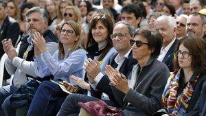 Quim Torra, flanqueado por su esposa, Carola Miró, y Laura Borràs.