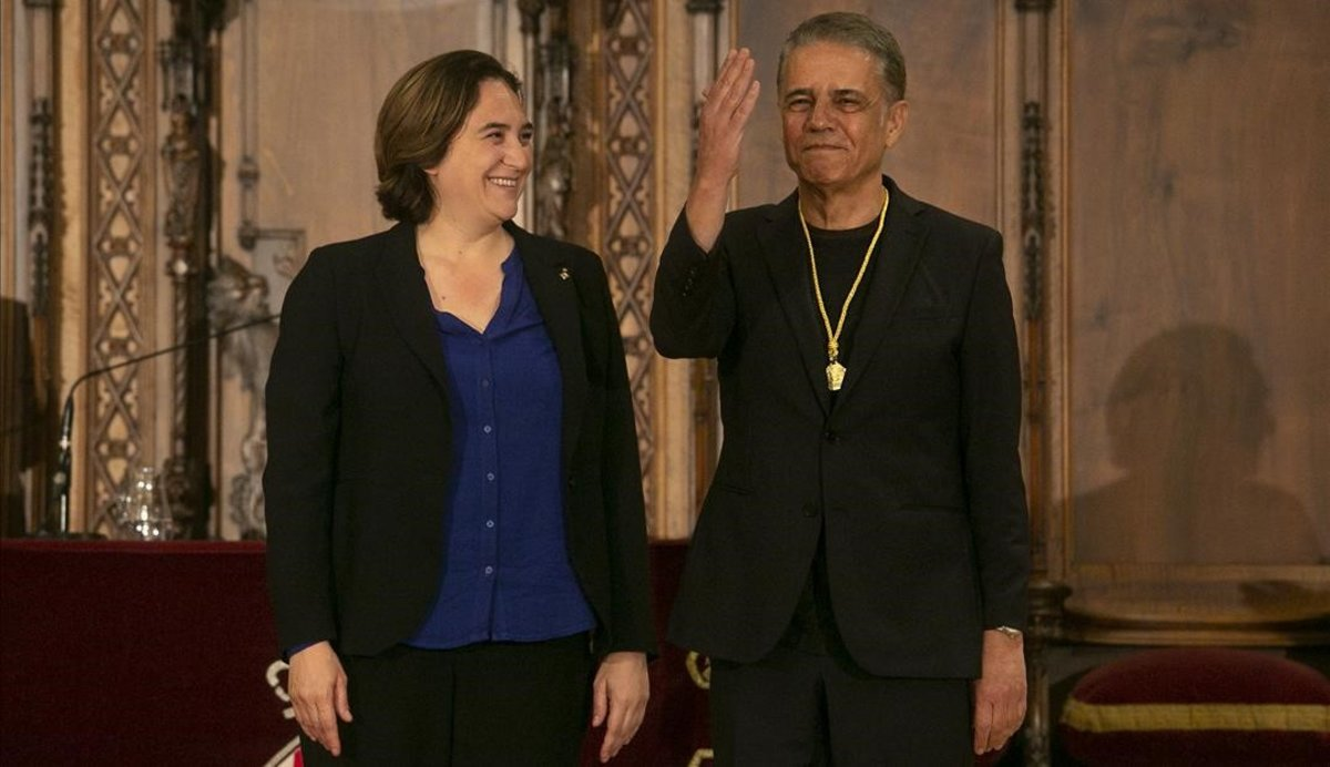Ada Colau y Joaquim Maria Puyal, con la Medalla de Oro al Mérito Deportivo, este lunes, en el Ayuntamiento de Barcelona.