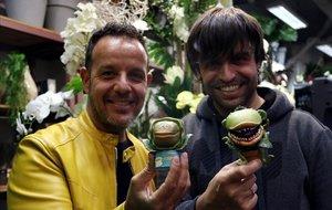 Àngel Llàcer (izquierda) y Manu Guix, con una planta carnívora de juguete, enFlores Navarro donde presentaron al elenco de su nuevo musical, 'La tienda de los horrores'.