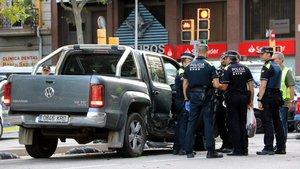 Un conductor sota els efectes de les drogues provoca almenys tres xocs amb 6 ferits a l'Eixample
